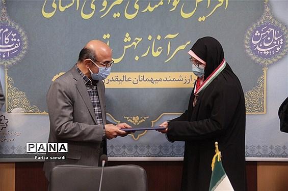 تجلیل از دانشآموزان مدالآور آموزش و پرورش منطقه ۱۳ تهران در المپیادهای علمی کشور