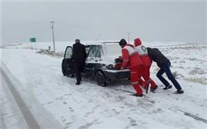 راهداران گیلانی به ۸۷ دستگاه خودروی گرفتار در برف امداد رسانی کردند
