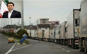 تجمع کامیونها در پایانه مرزی آستارا ؛ در دو سوی مرز کارشکنی میکنند