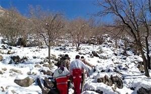 نجاتگران هلال احمربا ۱۵ کیلومتر پیادهروی در برف،  جان یک بیمار را نجات دادند