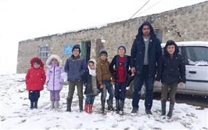 معلم عشایری که در شرایط کرونایی در کنار دانش آموزان است