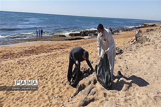 پاکسازی ساحل دریای عمان  توسط گروهی از فرهنگیان شهرستان چابهار