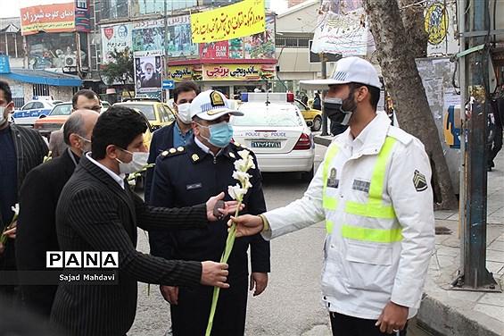 اهدای گل به پلیس راهنمایی و رانندگی در ساری