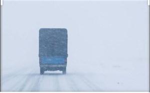 کولاک و برف ۱۵۰ خودرو را در گردنه چری کوهرنگ گرفتار کرد