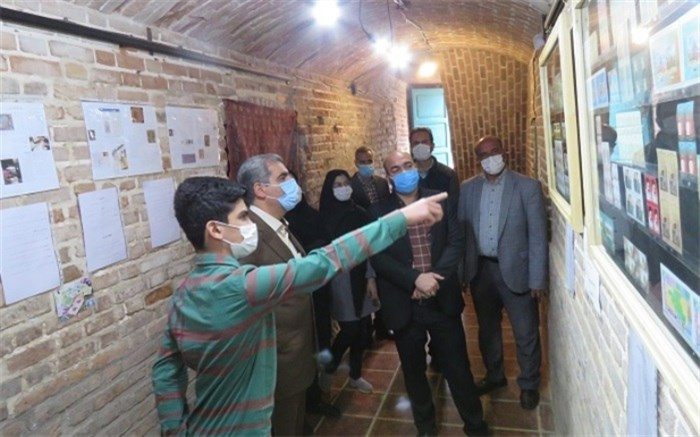 بازدید مدیرکل آموزش و پرورش از نمایشگاه اختصاصی تابلو تمبر دانش آموز البرزی