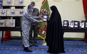 اهدای نشان فداکاری به خانواده فرماندهان شهید شاخص ارتش