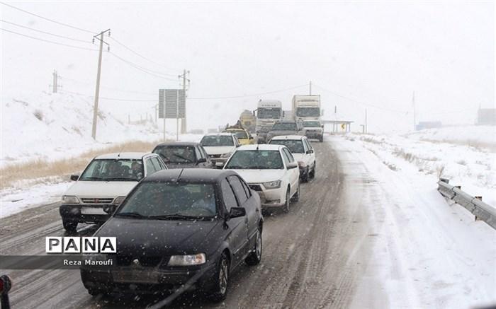 تلاش راهداران در جادههای برفی ارومیه