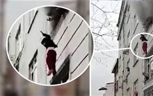 پرتاب کردن چهار بچه از پنجره توسط مادر + فیلم