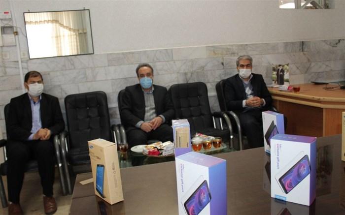 اهدای 6 دستگاه تبلت به دانش آموزان آموزشگاه شهید اسرافیل گنجی