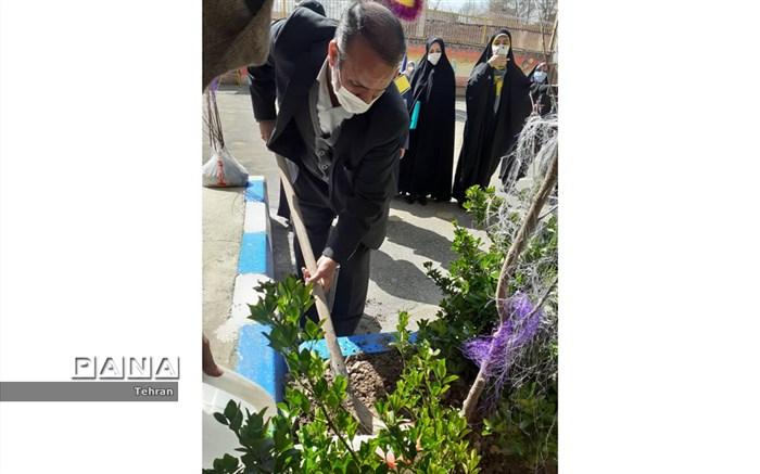 دو نهال به مناسبت هفته درختکاری در دبستان شهید مفتح کاشته شد