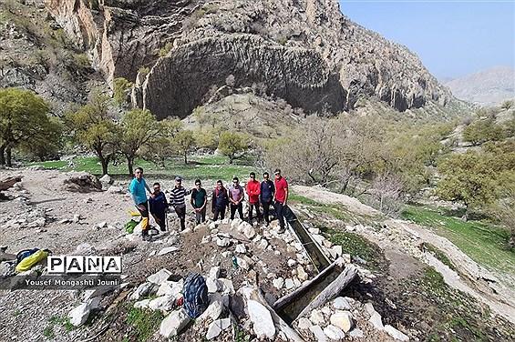 صعود فرهنگیان باغملک به قله ریز گر رشته کوه زاگرس