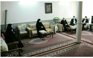 تجلیل مدیر آموزش و پرورش ناحیه ۲ مشهد از خانواده شهید بمانی