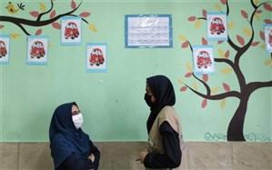 خطر لحظه به لحظه کرونا به جان؛ تدریس حضوری آموزگار کرجی به تک تک دانش آموزان استثنایی اش