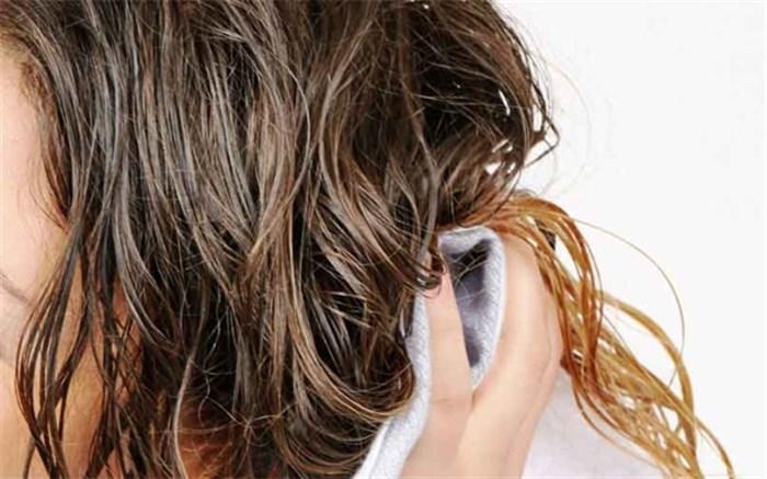 مضرات خوابیدن با موهای مرطوب