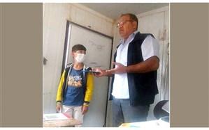 معلمی برای 2 دانشآموز کم برخوردار خود تبلت خرید