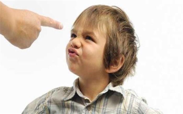 با کودکی که کلمات نامناسب را تکرار می کند چطور رفتار کنیم؟
