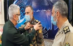 اعطای نشان درجهیک فتح به فرمانده نیروی زمینی ارتش