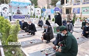 قبور مطهر شهدای کرمان و مزار پدر شهید باهنر به مناسبت هفته معلم عطر افشانی شد