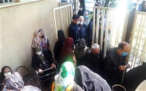 صف طویل سالمندان در مقابل خانههای بهداشت برای تزریق واکسن!