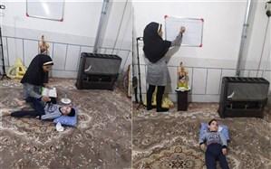 معلمی که  فداکارانه با داشتن کودک معلول تدریس میکند