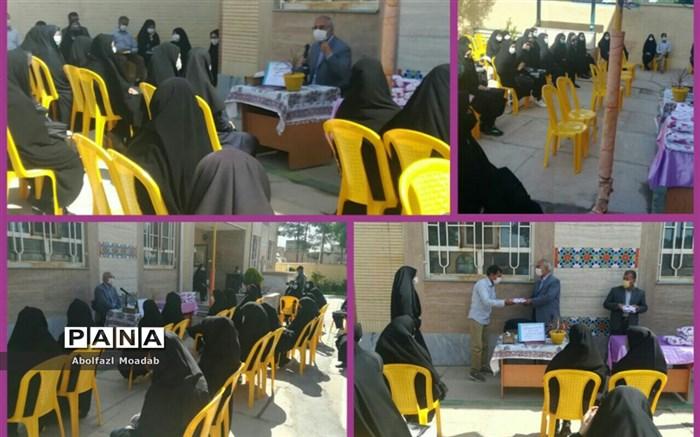نشست صمیمی مدیر آموزش وپرورش خلیل آباد با دانش آموزان پایه دهم تجربی