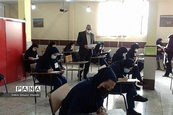 بازدید مدیرآموزش و پرورش ناحیه یک ری از امتحانات حضوری پایه دوازدهم مدرسه حدیثکساءخاورشهر