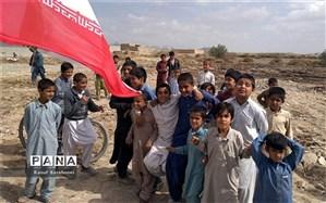 توزیع هزار تبلت برای دانشآموزان مناطق محروم توسط «علی کریمی»/ فیلم