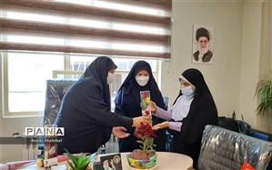 اهدا شاخه گل به دانش آموزان دبیرستان طالقانی  رودهن