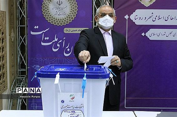 حاجی میرزایی آراء خود را به صندوق انداخت