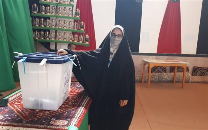 جوان رای اولی ابرکوهی رای خود را به صندوق انداخت