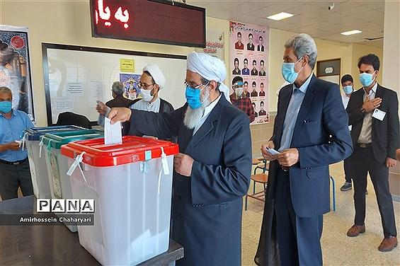 حضور مردم مرزنشین تایباد در پای صندوق های رای