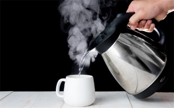 مضرات مصرف آب داغ؛ از اختلال در خواب شبانه تا آسیب به کلیهها