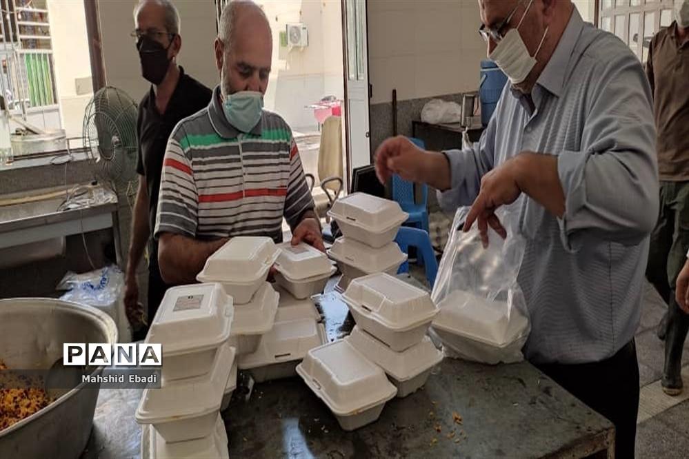 توزیع طهام در بین مردم به مناسبت عید غدیرخم