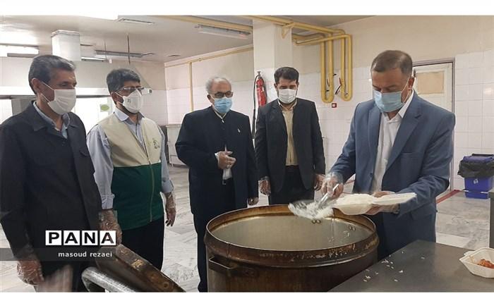 پخت و توزیع ۴۰۰ پرس غذای گرم بین بیماران و کادر درمان بیمارستانهای میانه