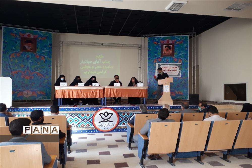 نشست نمایندگان مجلس دانش آموزی ابرکوه با نماینده مجلس