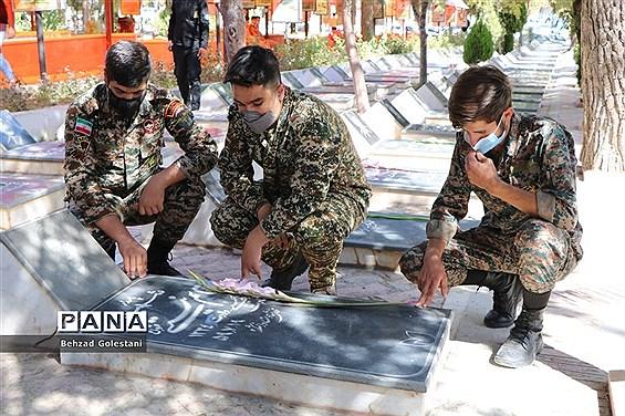 غبار روبی مزار شهدا به مناسبت هفته دفاع مقدس در ارومیه