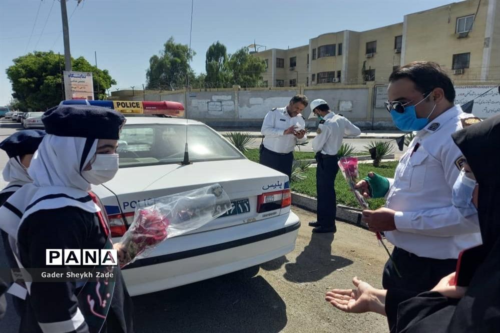 قدردانی دانش آموزان چابهاری از ماموران نیروی انتظامی