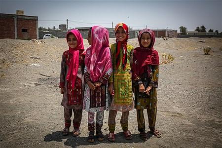 دختران کپرنشین روستای «چاه داد خدا» بدون برخورداری از هر نوع امکانات تفریحی روزها را سپری میکنند. | Ali Sharifzade