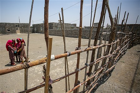 دختران روستاهای «قلعه گنج» اوقات فراغت خود را در کوچههای روستا می گذرانند. | Ali Sharifzade