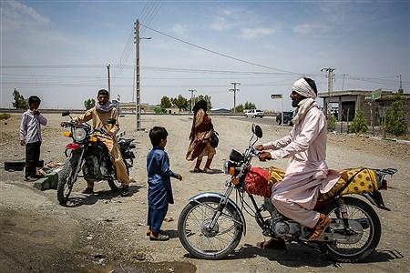 اکثر مردم روستاهای قلعه گنج درگرمای طاقتفرسای این منطقه از موتورسیکلت برای رفت و آمد استفاده می کنند. | Ali Sharifzade