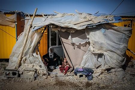 انجام کارهای سنگین روزمره که از همان روزهای اولیه پس از زلزله بر عهده زنان بوده است، اکنون با وجود گرم تر شدن هوا، وضعیت سختری را می گذرانند | Ali Sharifzade