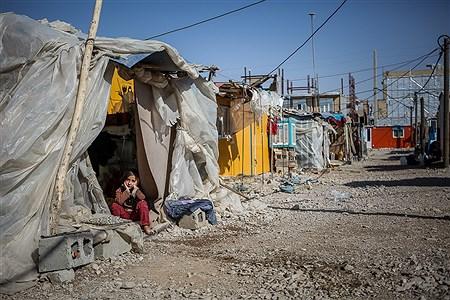 یکی از کودکان زلزله زده شهر تازه آباد ساکن در کانکس اهدایی | Ali Sharifzade