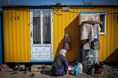 یکی از زنان زلزلهزده سر پل ذهاب در حال شستشوی ظروف  | Ali Sharifzade