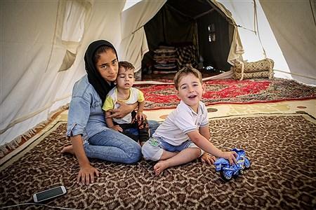 انتخاب بین هوای دم کرده داخل چادرها و کانکسها و گرمای شدیدهوا، شرایط سختی را ایجاد کرده است، که مردم زلزله زده در این روزها با آن سرو کار دارند | Ali Sharifzade