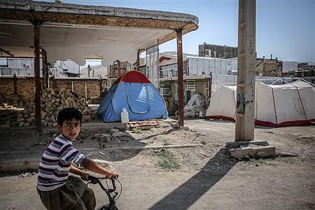 با گذشت بیش از ۹ ماه از وقوع زلزله، کماکان برخی مناطق زلزله زده هنوز موفق به دریافت مجوز نوسازی نشدهاند و همچنان تابستان را نیز در چادر سپری می کنند | Ali Sharifzade