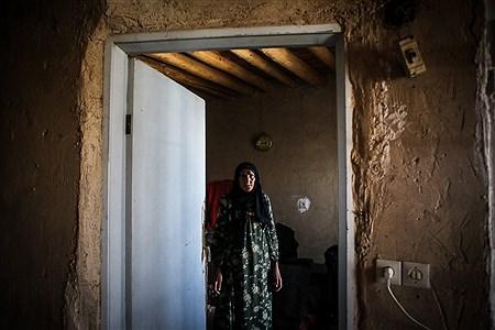 پیرزن روستایی در خانه کاهگلی خود بعد از زلزله غرب کرمانشاه و خسارتی که به خانه اش وارد شده نمی تواند آنجا زندگی کند و در گرما تابستان در چادر زندگی می کند | Ali Sharifzade