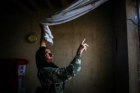 پیرزن روستایی در حال نشان دادن ترک ها و خسارت هایی که به خانه او وارد شده است | Ali Sharifzade