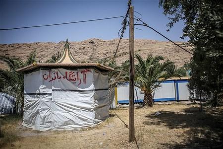 یک آرایشگاه زنانه که در آلاچیقی برپا شده برای انجام خدماتی به زنان مناطق زلزله زده سرپل ذهاب | Ali Sharifzade