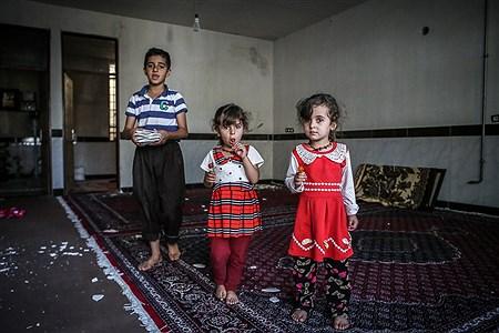 کودکان زلزله زده از بیم خراب شدن خانه خود بعد از زلزله نمی توانند مدت طولانی را در خانه خود باشند و در چادر زندگی می کنند  | Ali Sharifzade