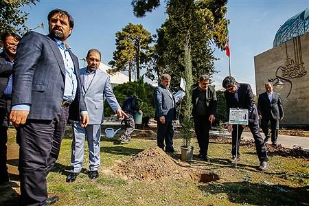 غرس یک اصله نهال سرو توسط علی لاریجانی در مراسم روز درختکاری | Ali Sharifzade